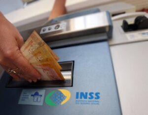Governo decide antecipar 13° salário e abono para beneficiários do INSS